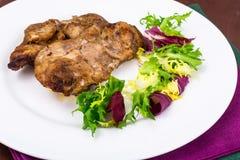 Konzept von Protein-Kohlenhydrat Nahrung Hühnerfleisch mit Kopfsalat lizenzfreie stockbilder