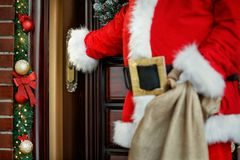 Konzept von Santa Claus auftauchend in Haus, Abschluss Lizenzfreie Stockfotografie