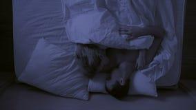 Konzept von Schlaflosigkeit, die Paare wirft in seinem Schlaf, eine Draufsicht stock video footage