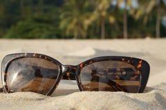 Konzept von Strandferien und -reise Brown-Sonnenbrille im Sand auf dem Strand, Ozean Stockfoto