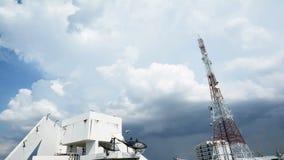 Konzept von wandeln Wolken über einem Mobiltelefontelekommunikationsturm und einem sattlelite, FullHD-Zeitspanne um stock video footage