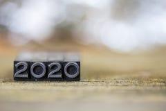 Konzept-Weinlese-Metallbriefbeschwerer-Wort 2020 Stockfoto