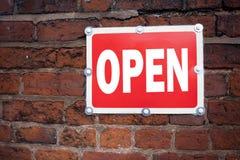 Konzeptbedeutungs-Shop Öffnung der Handschrifttexttitelinspirationsvertretung offene geschrieben auf altes MitteilungsVerkehrssch Stockbild