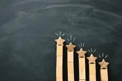 Konzeptbild der Einstellung eines Ziels mit fünf Sternen erhöhen Sie Bewertungs- oder Klassifizierungs-, Bewertungs- und Klassifi lizenzfreie stockbilder