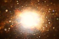 Konzeptbild des Sehens des Lichtes am Ende des Tunnels sci FI oder Geheimnis stockbilder