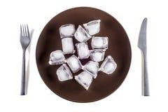 Konzeptbild einer Platte mit Eiswürfeln Stockfotos