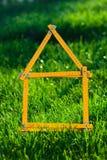 Konzeptbild für das Aufbauen eines Hauses Stockfotografie