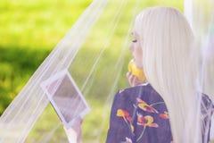 Konzepte und Technologie: Blonde kaukasische Frau, die persönliche T verwendet Lizenzfreies Stockfoto
