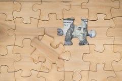 Konzeptgeschäftsidee die Geschäftsmann ` s Hand hält eine Glühlampe mit einem Puzzlespielsymbol Lizenzfreie Stockbilder