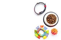 Konzepthaustierpflege, spielend und bildet aus Spielwaren, Zubehör und Zufuhr auf weißem copyspace Draufsicht des Hintergrundes lizenzfreies stockfoto