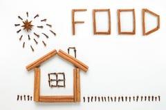 Konzeptkochen Die Idee einer Zahl gemacht von den Gewürzen Haus, Sonne und Gras gemacht von den Zimtstangen, von den Nelken und v Lizenzfreie Stockbilder