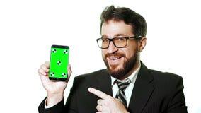 Konzeptmodell Bärtiger Geschäftsmann mit den Gläsern, die einen grünen Schirm Smartphone halten stock video footage