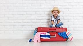 Konzeptreise glückliches lustiges Jungenkind mit Koffer lizenzfreies stockbild