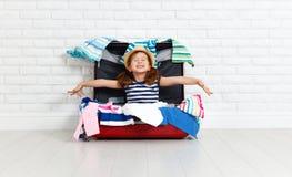 Konzeptreise glückliches lustiges Mädchenkind mit Koffer lizenzfreies stockfoto