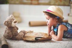 Konzeptreise Kindermädchen zu Hause, das von der Reise und von den touris träumt lizenzfreie stockbilder