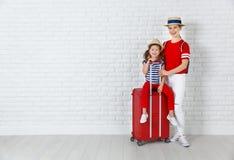 Konzeptreise und -tourismus Mutter- und Kindertochter mit suitc stockbilder