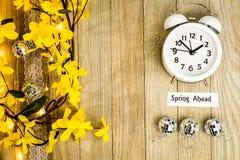Konzeptspitze des Nutzung des Tageslichtss-Zeit-Frühlinges voran sehen unten an Lizenzfreies Stockfoto