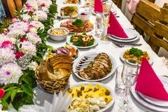 Konzepttabelle des Fleisches und der Mahlzeiten voll speisen stockbilder