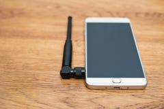Konzepttelefon mit einer kleinen Antenne stockbild