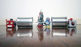 Konzepttelefonleitung, die Schnitt von mit Retro- Robotern ist stockfoto