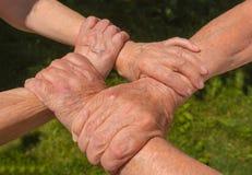 Konzepttrieb der Freundschaft und der Liebe zwischen altem Mann, Frau stockfoto