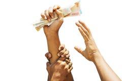 Konzeptvertretung der Habsucht für Geld, Hände, die versuchen, Geld von einen anderen Personenhänden zu ergreifen lizenzfreie stockfotografie