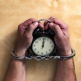 Konzeptzeit zugeschlossen in Gefängnis für das Dienen eines Verbrechens lizenzfreie stockbilder
