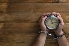 Konzeptzeit zugeschlossen in Gefängnis für das Dienen eines Verbrechens lizenzfreies stockbild