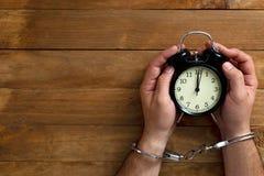 Konzeptzeit zugeschlossen in Gefängnis für das Dienen eines Verbrechens lizenzfreie stockfotos