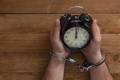 Konzeptzeit zugeschlossen in Gefängnis für das Dienen eines Verbrechens stockbild