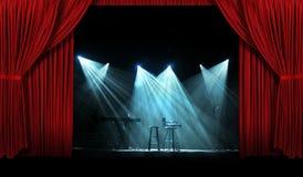 Konzert mit Stufe mit roten Trennvorhängen Stockbild