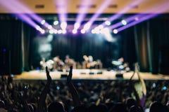 Konzert-Szene beleuchtet Leute-volles Haus Lizenzfreie Stockfotos