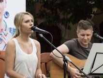 Konzert von Attila Mester und von Edina Juhasz auf Keszthely-Straßenfest Lizenzfreie Stockfotos