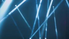 Konzertbeleuchtung gegen ein dunkles Hintergrund ilustration Scheinwerfer auf Stufe Freies Stadium mit Lichtern, Beleuchtungsgerä stock footage