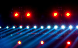 Konzertbeleuchtung gegen einen dunklen Hintergrund Stockfotografie