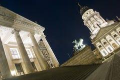 Konzerthaus y catedral francesa en la noche, Berlín Fotos de archivo