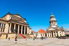 Konzerthousen och den franska domkyrkan på Gendarmenmarkten i Berlin Royaltyfri Fotografi