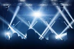 Konzertmasse Leuteschattenbilder vor hellen Stadiumslichtern Band von Rockstars Stockbilder
