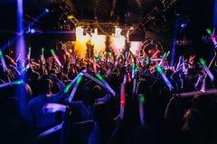 Konzertpublikumkonfetti-Tanzenlichter Lizenzfreie Stockfotos