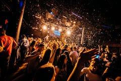 Konzertpublikumkonfetti-Tanzenlichter Stockfotografie