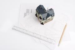 Konzipieren Sie für ein Gebäude und ein Modell des zukünftigen Hauses Lizenzfreie Stockbilder