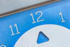 Konzipieren Sie für Kaffeebroschüre Borduhr mit den Händen in Form von Löffeln und Gabeln lizenzfreies stockbild