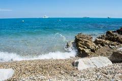 Kooi D 'Azur, overzees en schepen weg bij zonnige dag royalty-vrije stock fotografie