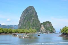 Kooi kweken van vis in de Baai van Phang Nga royalty-vrije stock foto