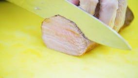 Kook de varkensvleesplakken, in het kader slechts de handen stock video