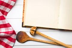 Kookboek met keukengerei royalty-vrije stock afbeelding