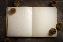 Kookboek open op Houten Lijst Royalty-vrije Stock Foto's