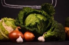 Kool, bloemkool, het de de de de getrokken broccoliaardappels, uien, knoflook en de hand ondertekenen ferme markt Stock Afbeeldingen