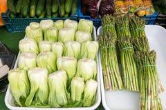 Kool en asperge op Naschmarkt in Wenen, Oostenrijk Stock Fotografie