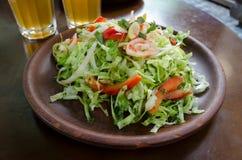 Kool en paprika verse salade op een bruine kleiplaat Royalty-vrije Stock Afbeeldingen